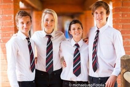 Teenager in englischer Schuluniform