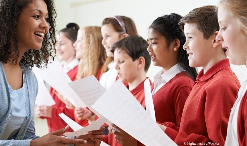Ein Chor in englischen Schuluniformen