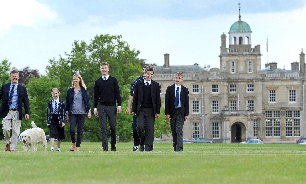 Schüler der Culford School und im Hintergrund das Schulgebäude