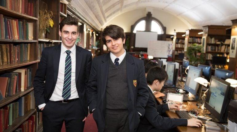Freundschaften lassen sich an einem englischen Internat schnell schließen
