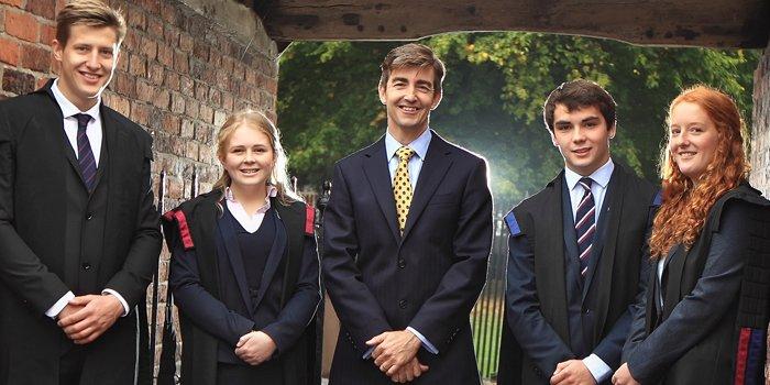 Schüler der Oswestry School in England in Uniform