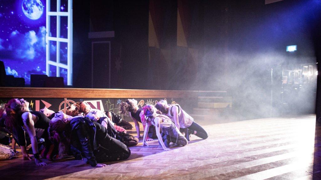 Tanzende Schüler im St. Edmunds College in Canterbury