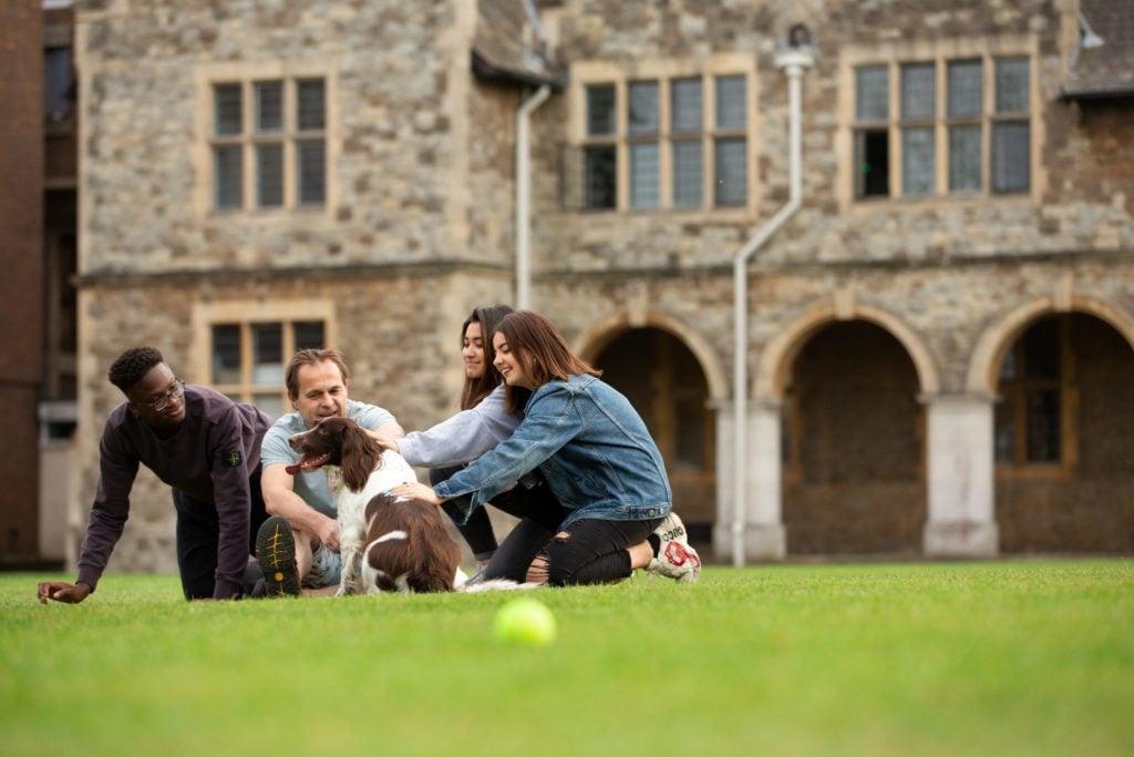 Schüler des St. Edmunds College beim Relaxen