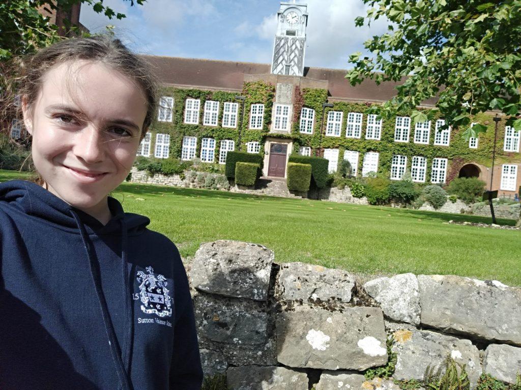 Unsere Partnerinternate in England: Hier ein Schüler der Sutton Valence School vor dem Schulgebäude