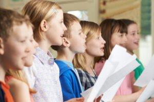 Kinder an einer Summer School in England singen im Chor