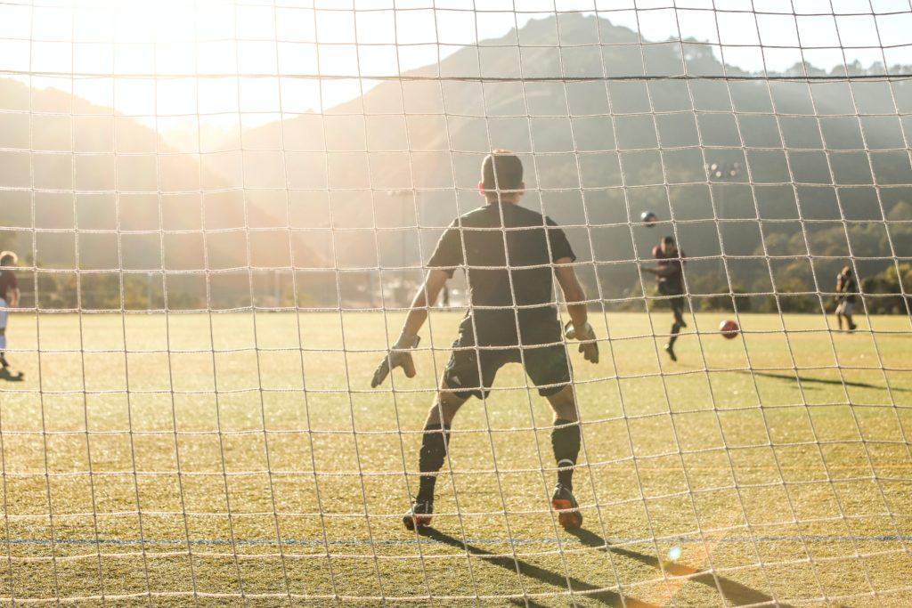 Schüler eines deutschen Fußballinternats spielt Fußball