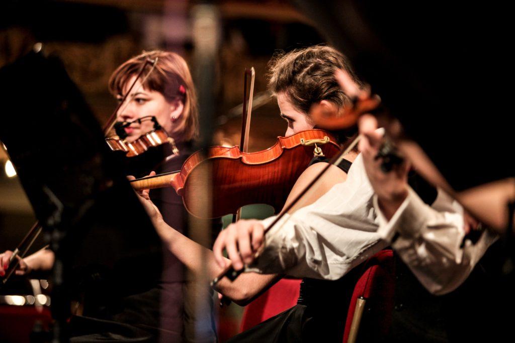 Schüler eines Elite Internates in Deutschland üben für eine Orchesteraufführung