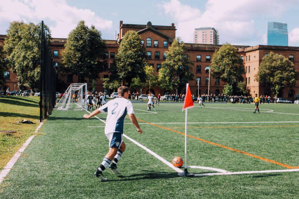 Ein Schüler eines Fußball Internats spielt Fußball
