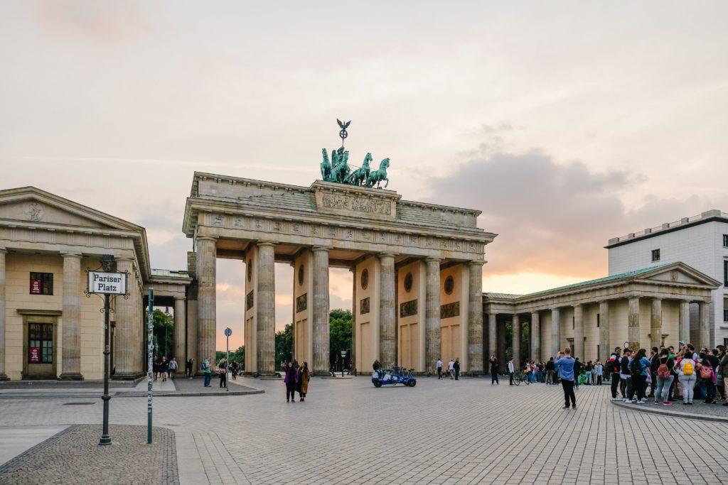 Schüler eines Berliner Internats in ihrer Freizeit vor dem Brandenburger Tor