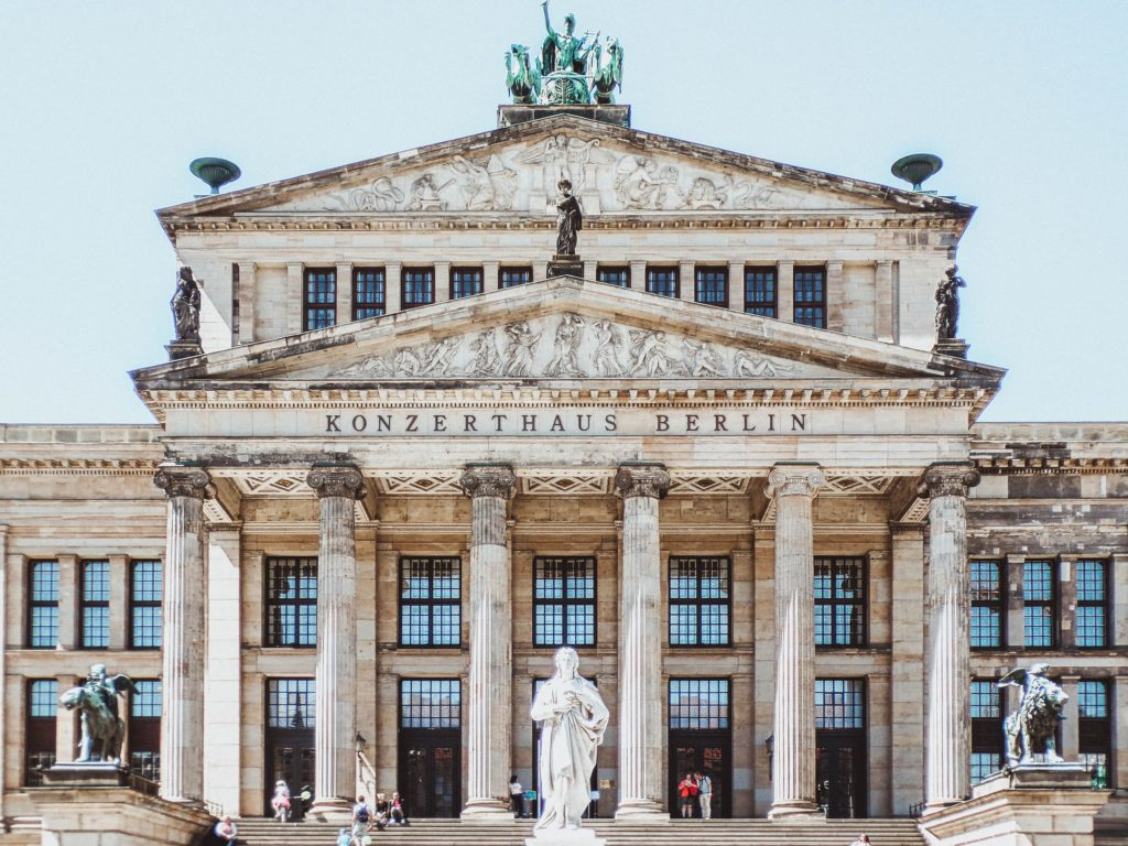 Die Schüler des Internats vor einem Berliner Kulturerbe