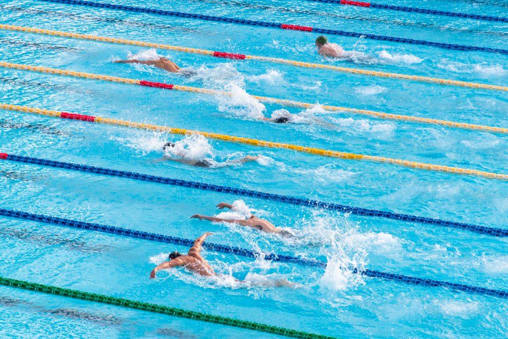 Schüler eines Internats Gymnasiums in Deutschland beim Schwimmtraining