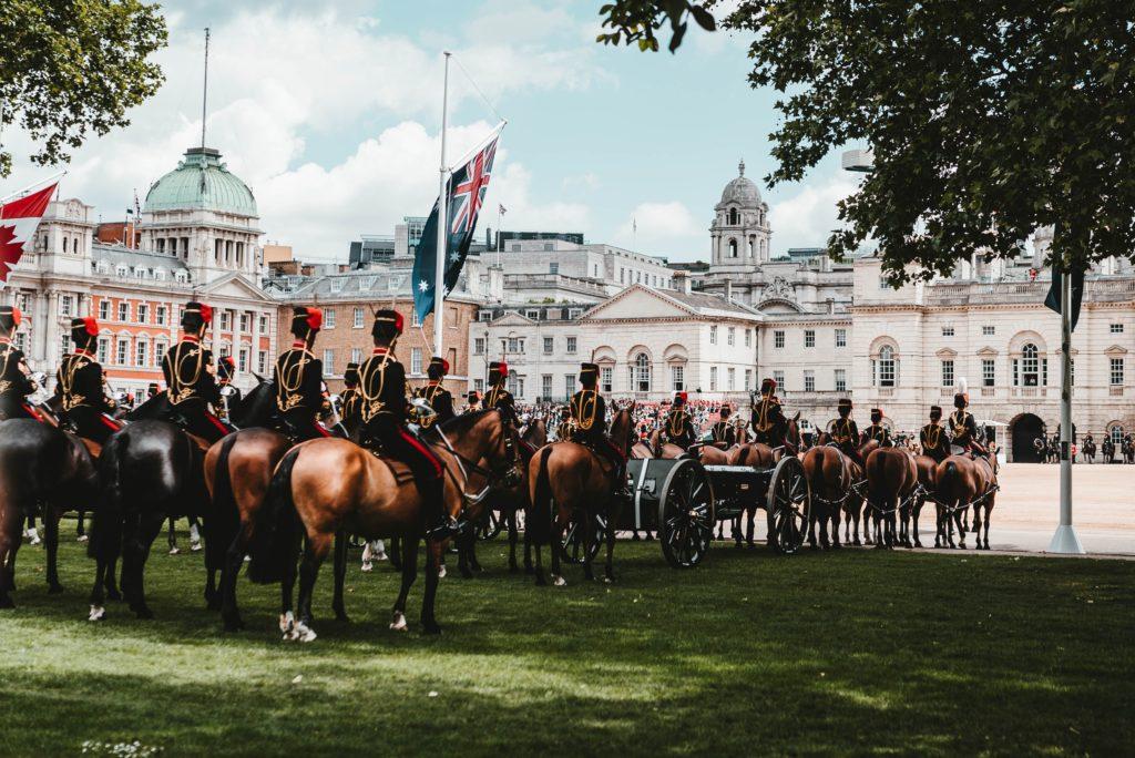Kinder eines hochbegabten Internates besichtigen England