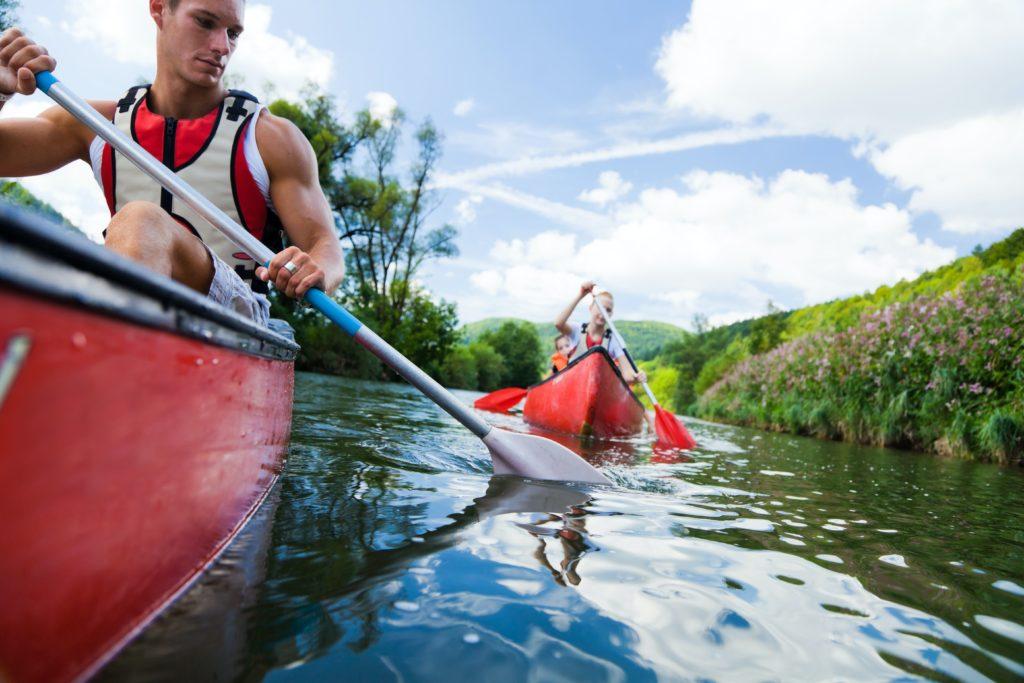 Schüler eines Internates in Schleswig Holstein fahren Kanu