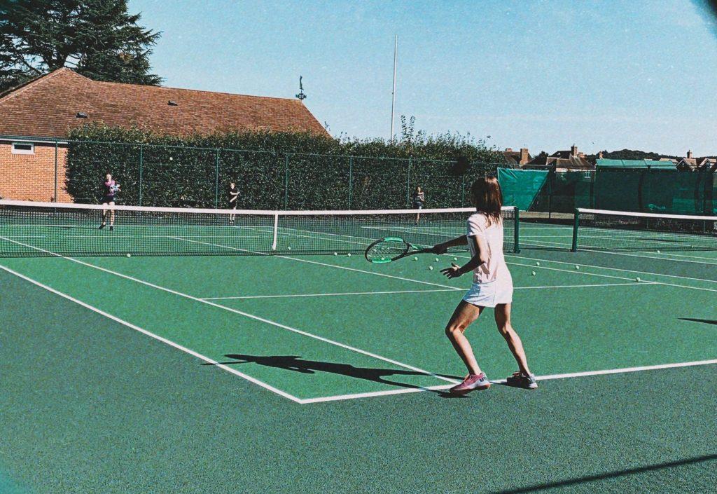 Eine Schülerin eines schlesischen Interates spielt Tennis