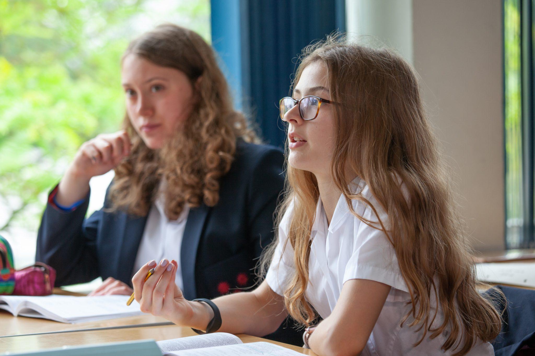 Zwei Mädchen eines Internats lernen gemeinsam