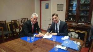 Martin Cyrankowski in der Ackworth School mit dem International Admissions Director