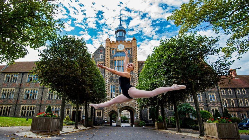 Eine Ballettänzerin vor dem Schulgebäude des Brighton College