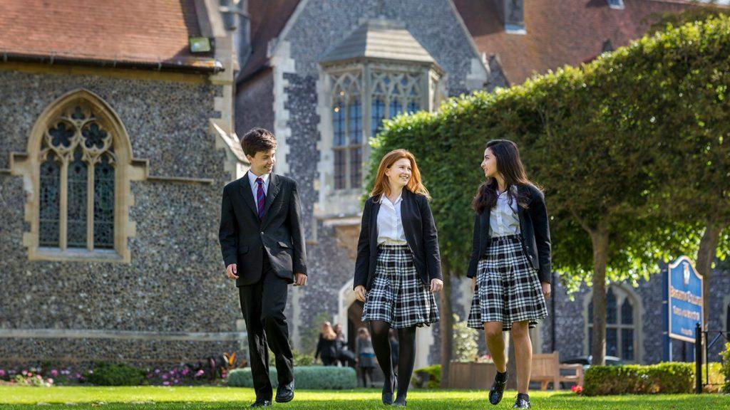 Schüler des Brighton College vor dem Schulgebäude