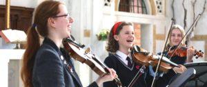 Roedean School: Kinder freuen sich beim Geige spielen