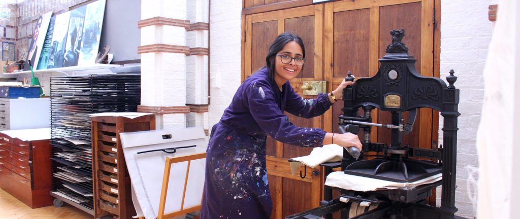 Roedean School: Ein Mädchen wird im Kunstunterricht dargestellt
