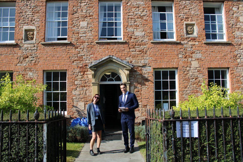 Das Internat in England namens Wells Cathedral School wird auf einem Foto mit Martin Cyrankowski dargestellt.